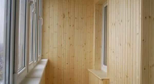 kak-obshit-balkon-vagonkoy-10-600x591